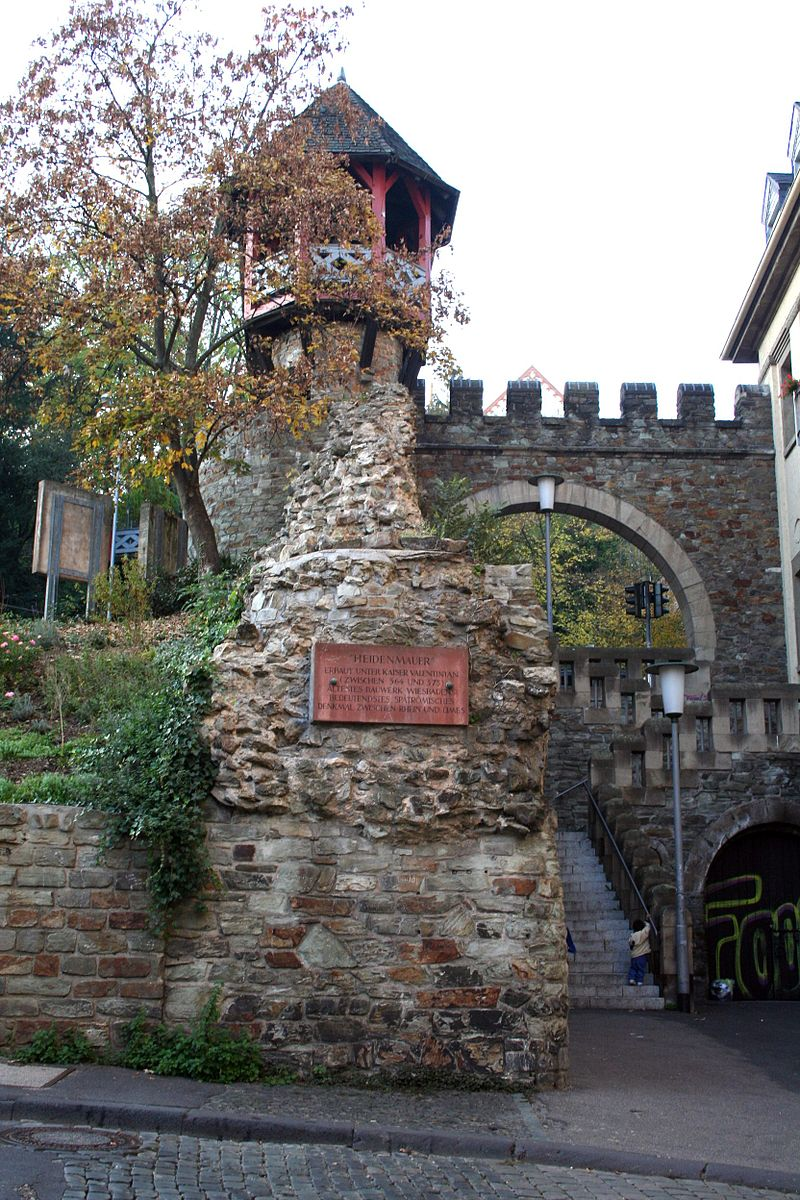 Bild Heidenmauer mit Römertor Wiesbaden