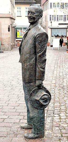 Bild Bronzeskulptur von Hermann Hesse auf der Nikolausbrücke Calw