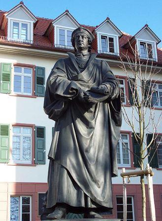Bild Reuchlin Denkmal an der Schlosskirche Pforzheim